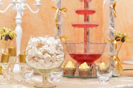 Photo pour Décoration de table de mariage. Bougeoirs et cupcakes romantiques - image libre de droit