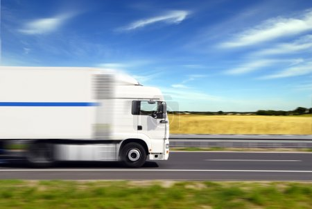 Photo pour Camion avec fret se déplaçant rapidement - image libre de droit