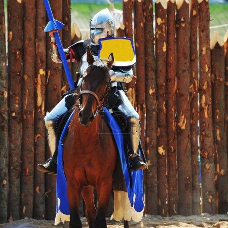 Photo pour Tournoi de chevalier médiéval blindé à cheval à la compétition de joutes - image libre de droit