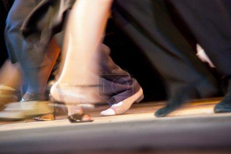 Photo pour Mouvements de danse et de mouvement sur les cours de salsa. club de danse Milonga - danseurs exécutant un tango argentin. - image libre de droit