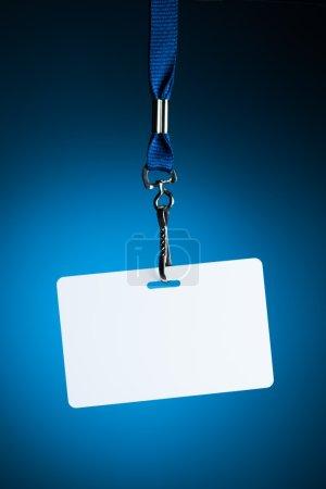 Photo pour Toile de fond vide insigne blanc sur fond bleu - image libre de droit