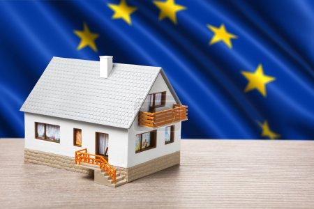 Photo pour Maison classique sur fond de drapeau de l'Union européenne - image libre de droit