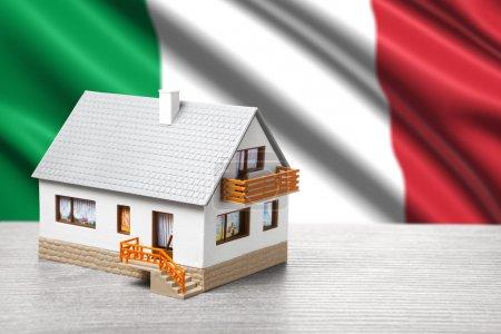 Photo pour Maison classique sur fond de drapeau italien - image libre de droit