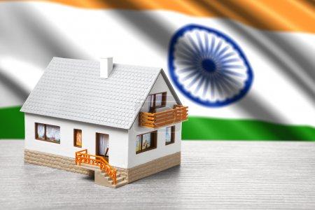 Photo pour Maison classique sur fond de drapeau indien - image libre de droit