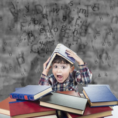 Photo pour L'enfant respire la pluie de chiffres et de lettres avec un livre sur la tête - image libre de droit