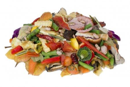 Photo pour Sur une table blanche se trouve un tas de déchets alimentaires pourris concept de gros plan - image libre de droit