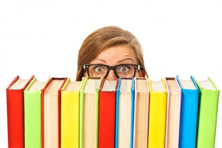 Photo pour Joyeux sourire jeune étudiante femme avec des livres, isolé sur fond blanc - image libre de droit