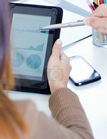 exécutifs mains avec tablette numérique dans une réunion financière