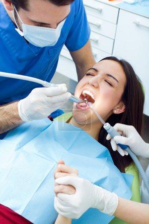 Photo pour Scène médicale de jeune femme mignonne chez le dentiste . - image libre de droit