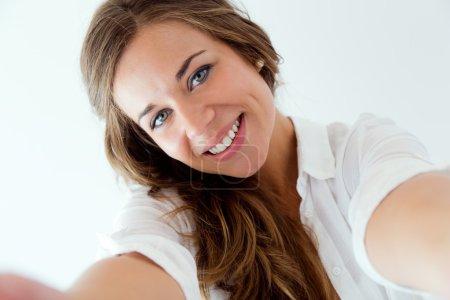 Photo pour Portrait de belle fille blonde prenant selfie. Isolé sur blanc . - image libre de droit