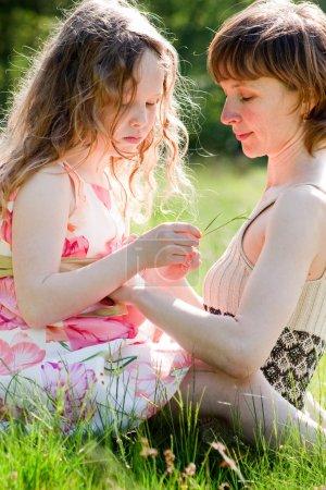 Photo pour Mère et fille passent un bon moment ensemble - image libre de droit