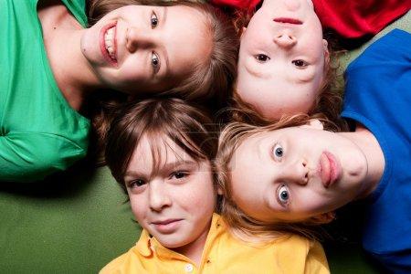 Photo pour Groupe de petits étudiants d'âges différents de bonne humeur - image libre de droit