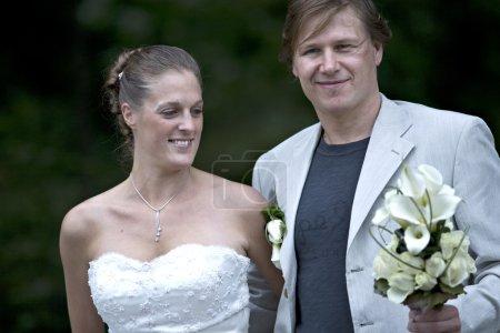 nouveaux mariés posant