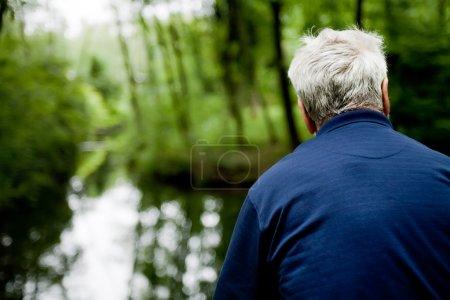 Photo pour Portrait extérieur d'un homme regardant sur l'eau - image libre de droit