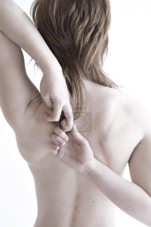 Photo pour Pose d'yoga où le modèle croise ses bras sur son dos - image libre de droit