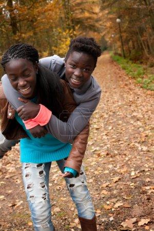 Photo pour Heureux enfants adoptifs dans la forêt s'amusent - image libre de droit