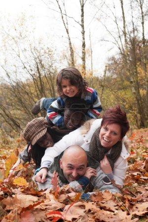 Photo pour Famille heureuse avec des enfants placés dans la forêt - image libre de droit