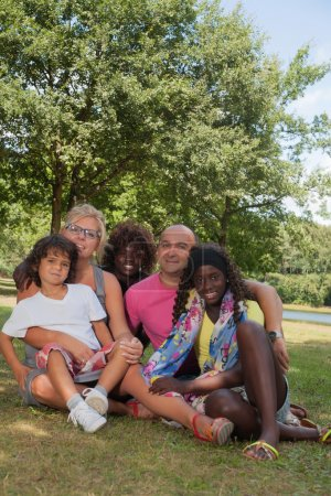 Photo pour Héhé multiculturel ayant une journée d'été de nice - image libre de droit