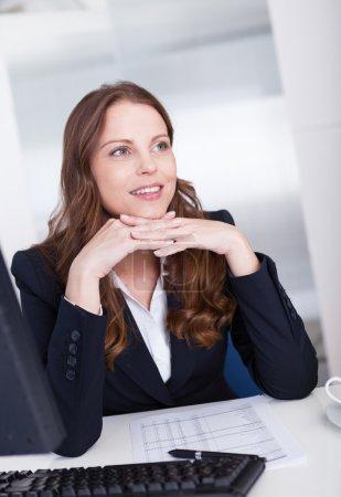 Photo pour Secrétaire d'affaires professionnel souriant ou assistant personnel travaillant à son ordinateur tapant sur le clavier - image libre de droit