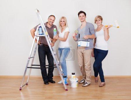 Photo pour Équipe de réparation d'entretien de la maison avec les quatre membres de la famille alignés prêt à se met au travail - image libre de droit
