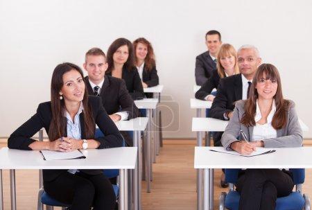 Photo pour Portrait de commerce dans une école de commerce - image libre de droit