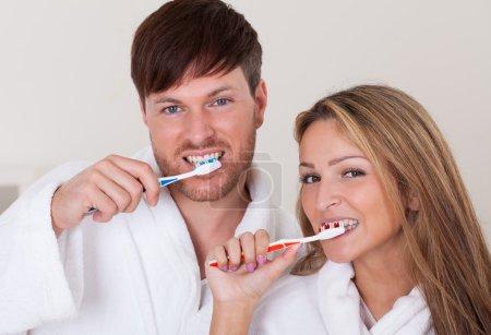 Photo pour Ils se brossaient les dents ensemble avant de prendre une douche . - image libre de droit