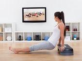 femme athlétique, faire des exercices dans son salon
