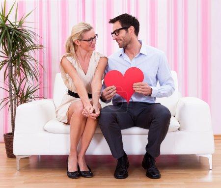 Foto de Una pareja de mirarnos con amor - Imagen libre de derechos