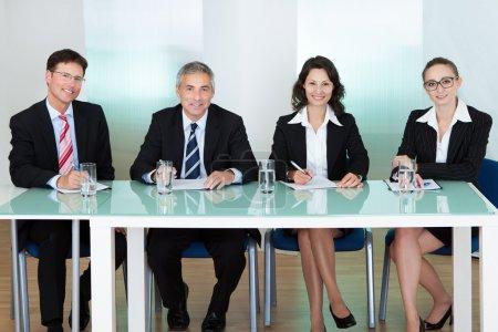Photo pour Groupe d'agents du personnel d'entreprise assis à une table - image libre de droit