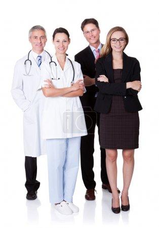 Foto de Personal hospitalario representado tanto por la profesión médica en forma de médico como por los administradores de empresas - Imagen libre de derechos