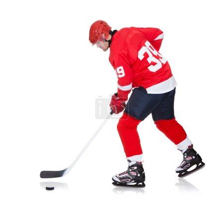 Photo pour Joueur de hockey professionnel patinant sur glace. Isolé sur blanc - image libre de droit