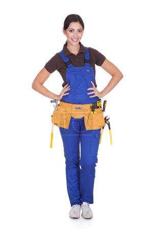 Photo pour Ouvrier féminin avec toolbelt. isolé sur blanc - image libre de droit