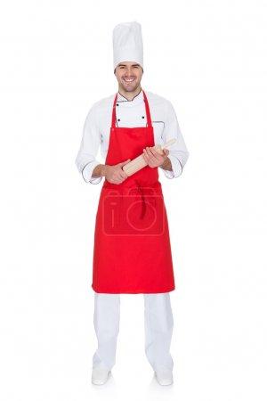 Photo pour Portrait du chef gai en uniforme. isolé sur blanc - image libre de droit