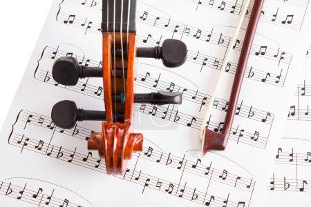 Photo pour Photo gros plan du violon et de notes de musique - image libre de droit