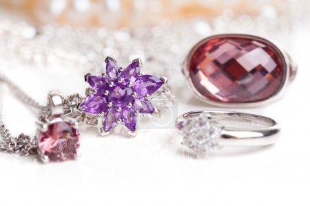 Photo pour Bijoux diamant de luxe isolé sur fond blanc - image libre de droit