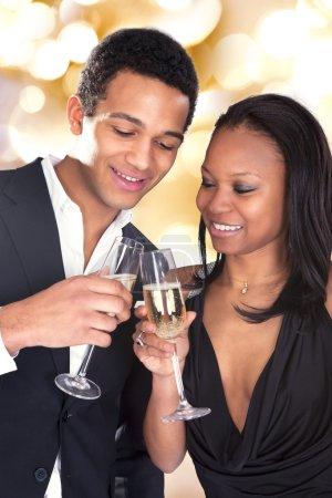 Photo pour Portrait De Couple Africain Profitant De La Boisson De Champagne Sur Fond Gris - image libre de droit