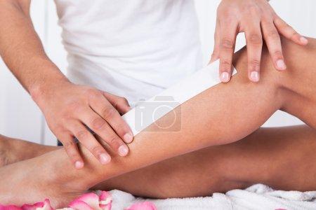 Photo pour Gros plan de femme jambes cirés en spa - image libre de droit