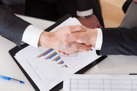 Photo pour Gros plan de deux entreprises qui se serrent la main - image libre de droit