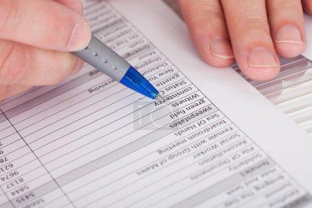 Photo pour Photo gros plan de la personne qui remplit le formulaire de demande - image libre de droit