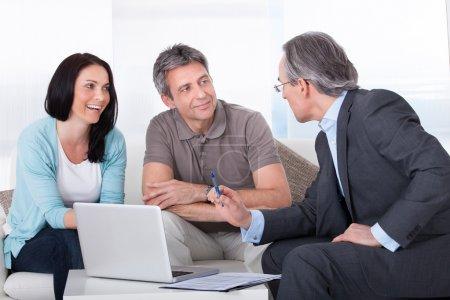 Photo pour Couple heureux et consultant mature discutant ensemble - image libre de droit