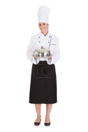 Foto de Retrato de Chef femenino sosteniendo bandeja sobre fondo blanco - Imagen libre de derechos