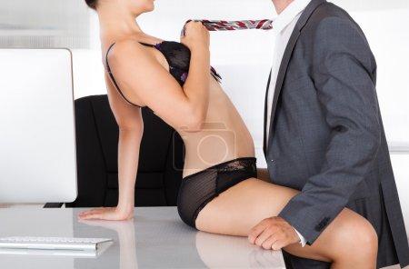 Photo pour Portrait d'un couple ayant des relations sexuelles au bureau - image libre de droit