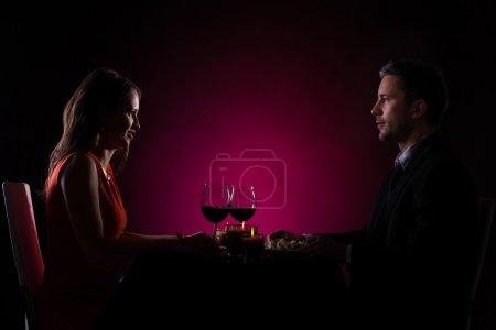 Photo pour Couple ayant dîner avec verre de vin sur la table - image libre de droit