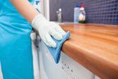 žena čištění kuchyňské desky