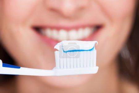 Photo pour Gros plan d'une jeune femme se brossant les dents - image libre de droit