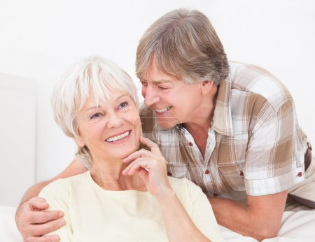 Photo pour Portrait de heureux couple de personnes âgées souriant à la maison - image libre de droit