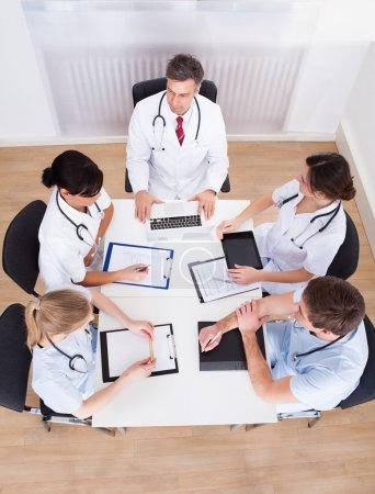 Photo pour Groupe des médecins ayant rencontre dans un hôpital - image libre de droit