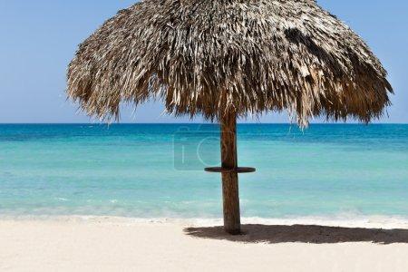 parasol sur la plage tranquille