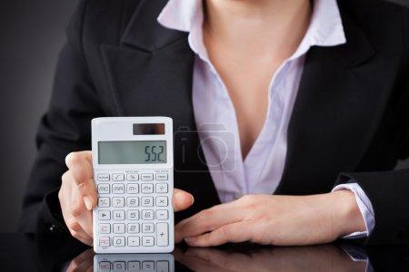 Photo pour Photo en gros plan d'un homme d'affaires utilisant une calculatrice - image libre de droit