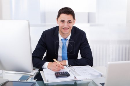 homme d'affaires souriant, calcul de l'impôt